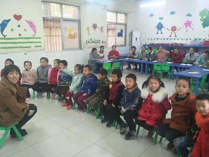 授课教师正在和孩子们面对面交流